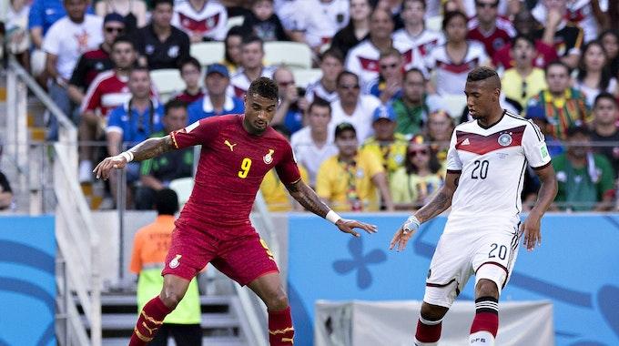 Kevin-Prince Boateng im Trikot von Ghana führt den Ball am Fuß, Jerome Boateng im deutschen Trikot versucht, seinen Halbbruder zu verteidigen.
