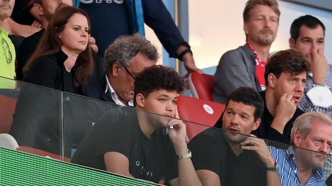 Ex-Nationalspieler Michael Ballack und sein Sohn Louis auf der Tribüne