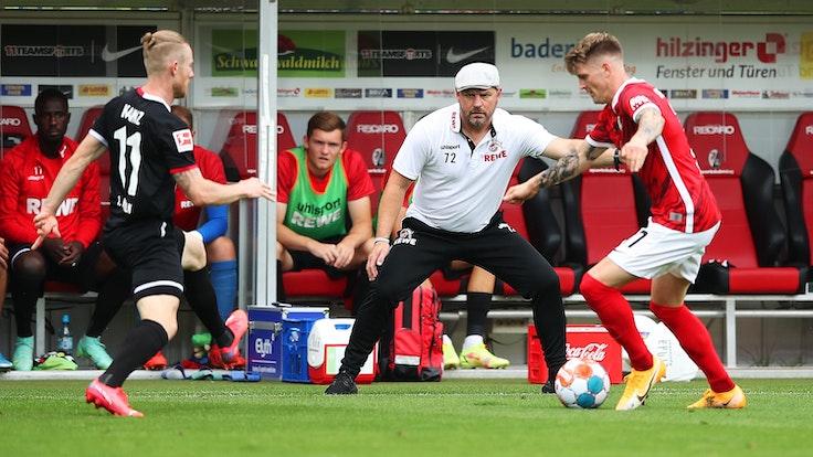 Steffen Baumgart sieht einen Zweikampf zwischen Florian Kainz und Lukas Kübler.