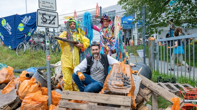 Beim Rhine-Cleanup in Stammheim sammeln freiwillige Helfer den angeschwemmten Müll am Rheinufer ein.