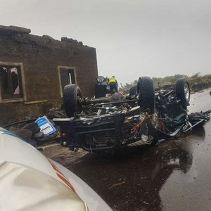 Ein Auto wurde von einem Tornado auf der sizilianischen Vulkaninsel Pantelleria am 10. September 2021 völlig zerstört.