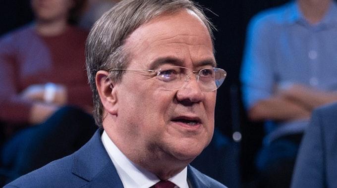 """Zuschauer der ZDF-Sendung """"Klartext, Herr Laschet!"""" wunderten sich über einen Knopf im Ohr bei Kanzlerkandidat Armin Laschet (CDU)."""