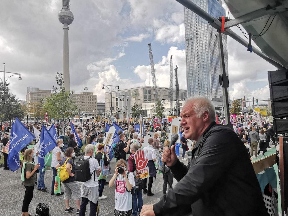 Der Kölner Kalle Gerigk spricht auf einer Demo gegen hohe Mieten in Berlin.