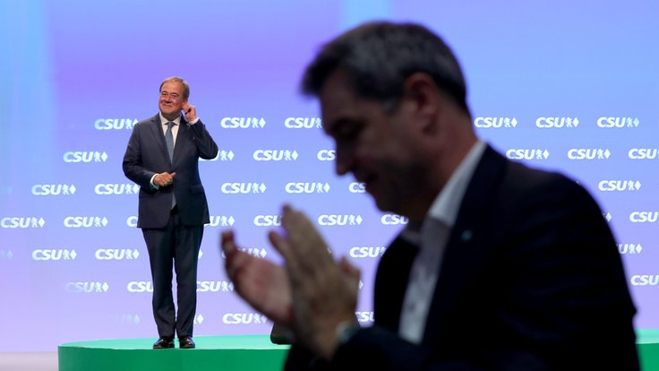 Die Delegierten jubeln und johlen Armin Laschet auf dem CSU-Parteitag am Samstag (11. September) zu, auch Markus Söder (vorne rechts) klatscht sehr überschwänglich.