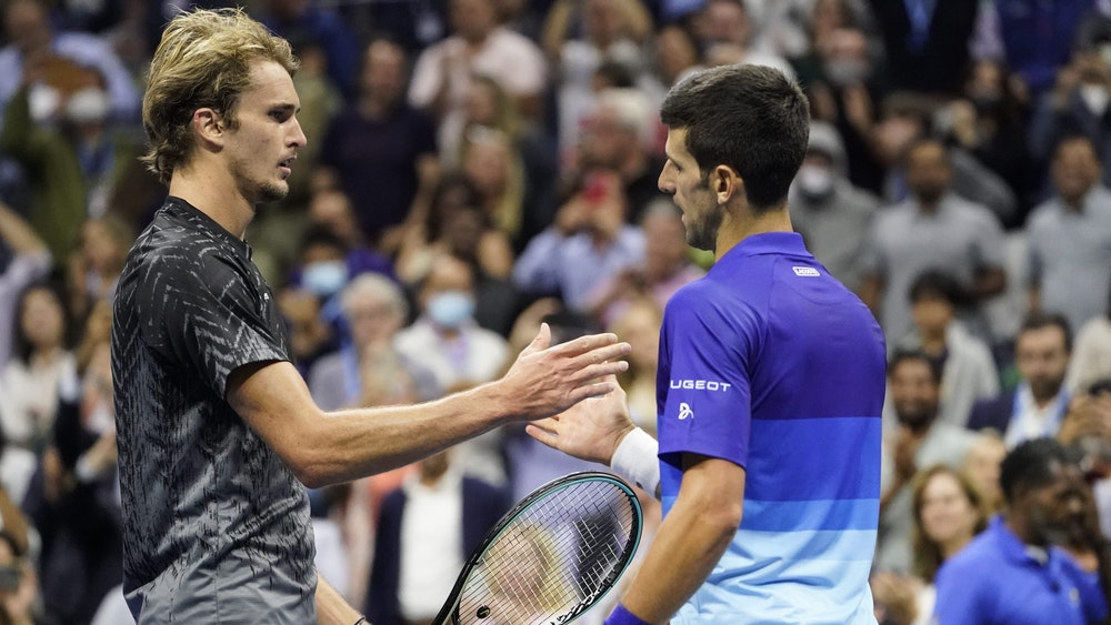 Novak Djokovic (rechts) schüttelt Alexander Zverev die Hand.