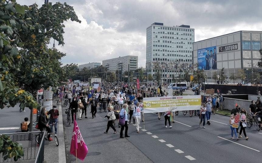 Teilnehmer einer Demo gehen zum Alexanderplatz in Berlin.
