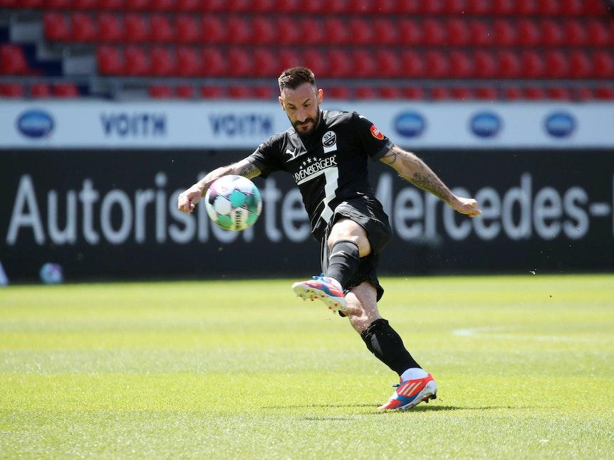 Sandhausens Diego Contento schießt den Ball und steht daher nur auf einem Bein.