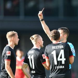 Harm Osmers stellt Florian Kainz beim Spiel SC Freiburg gegen 1. FC Köln vom Platz.