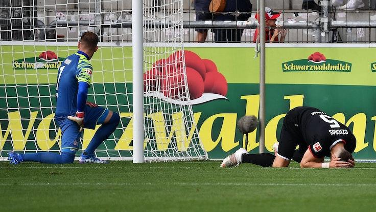 Rafael Czichos erzielt ein Eigentor beim Spiel SC Freiburg gegen 1. FC Köln.