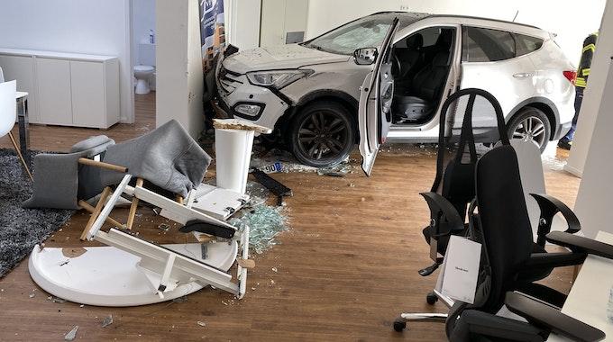 Ein Auto steht nach einem Unfall in Lahr in einem Geschäft. Der Wagen war am Samstag (11. September) durch ein Schaufenster gefahren und blieb demoliert in den Geschäftsräumen stehen.