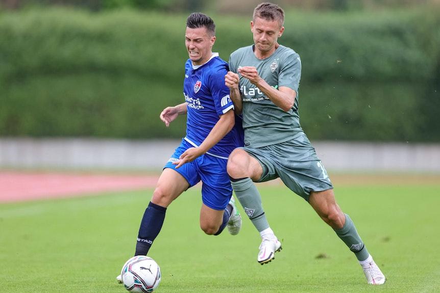 Pepijn Schloesser (l.) vom KFC Uerdingen und Phil Kemper (r.) von der U23 von Borussia Moenchengladbach im Zweikampf um den Ball.