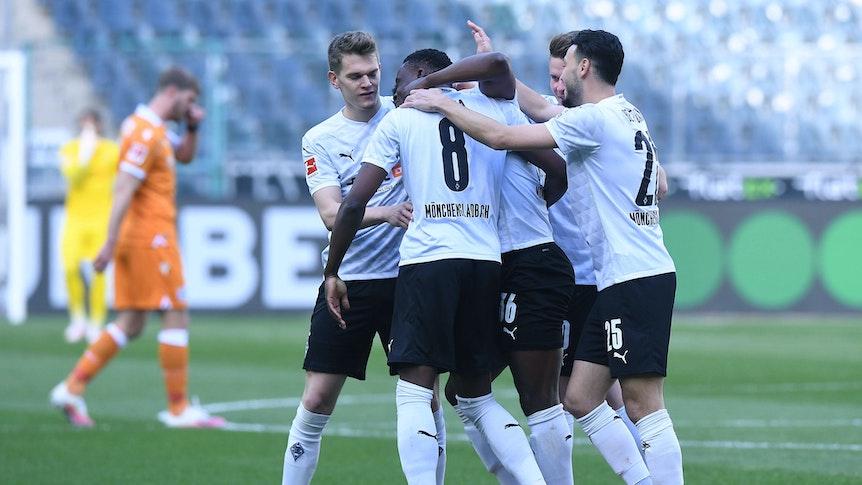 Spieler von Borussia Mönchengladbach feiern ein Gladbacher Tor im Bundesligaspiel gegen Arminia Bielefeld am 25. April 2021.