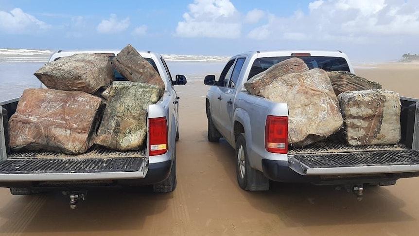 """Zwei mit Kisten voll beladene Wagen stehen am 26. August am Strand von Aracajú in Brasilien. Mehr als 350 """"mysteriöse Kisten"""" hat die Adema nach eigenen Angaben an verschiedenen Stränden des Bundesstaates in rund einem Monat eingesammelt."""