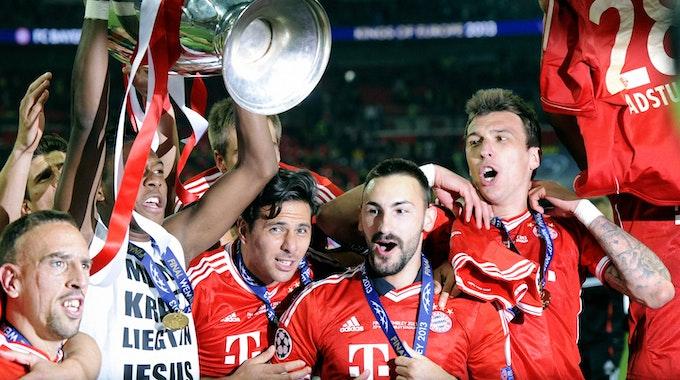 David Alaba hält den Henkelpott in die Höhe. Ribéry steht links von ihm, Pizarro, Contento und Mandzukic rechts von Alaba.