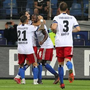 Die Spieler des Hamburger SV bejubeln das 1:0 gegen den SV Sandhausen