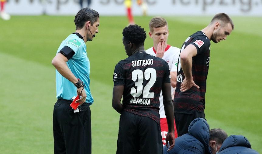 Schiedsrichter Deniz Aytekin zeigt die rote Karte für Naouirou Ahamada.