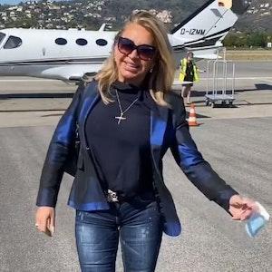 carmen Geiss steht vor einem Privatjet am Flughafen, Screenshot aus ihrer Instagram-Story vom 12.09.2021 +++ Screenshot zur Berichtserstattung erstellt