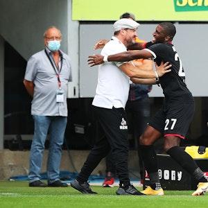 Anthony Modeste jubelt mit Steffen Baumgart für den 1. FC Köln gegen den SC Freiburg.