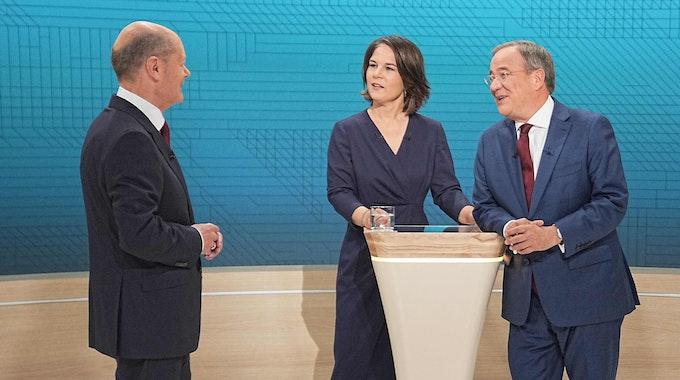 Kanzlerkandidat Olaf Scholz (SPD, l-r.), Kanzlerkandidatin Annalena Baerbock (Bündnis90/Die Grünen) und Kanzlerkandidat Armin Laschet (CDU) stehen im Fernsehstudio kurz vor dem zweiten TV-Triell.