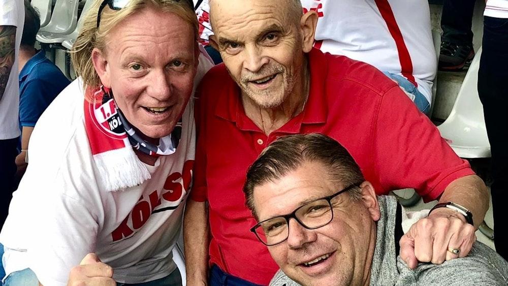 Martin Schlüter und Michael Wurzer helfen dem Fan Heinz.