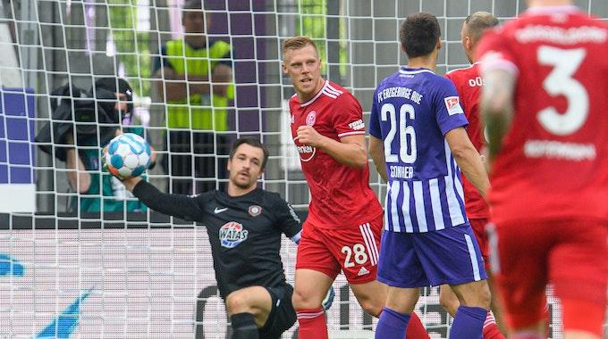 Rouwen Hennings jubelt nach seinem verwandelten Elfmeter in Aue