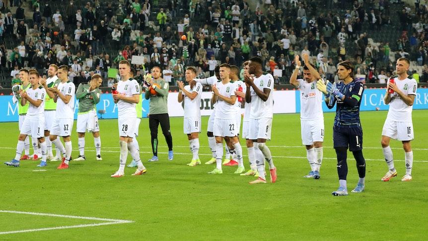 Das Team von Borussia Mönchengladbach jubelt am Ende des Bundesliga-Spiels gegen Arminia Bielefeld am 12. September 2021 mit den Fans in der Nordkurve im Borussia-Park.