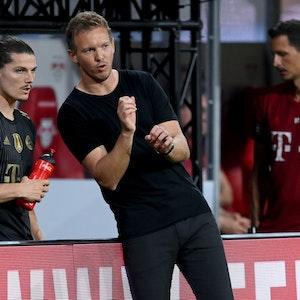 Bayern-Cheftrainer Julian Nagelsmann gibt Marcel Sabitzer Anweisungen beim Spiel in Leipzig.