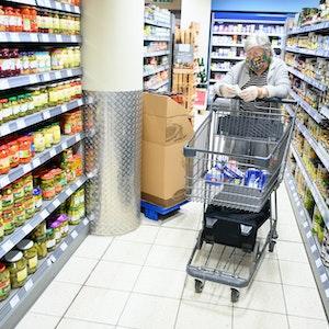 Eine Seniorin beim Einkauf in einer Edeka-Filiale in Leinfelden-Echterdingen (Baden-Württemberg)