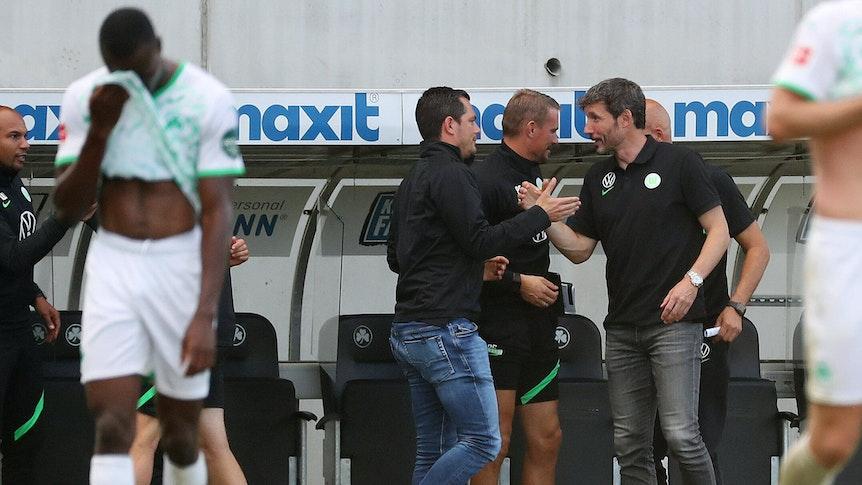 Marcel Schäfer jubelt mit Mark van Bommel über den Sieg des VfL Wolfsburg.
