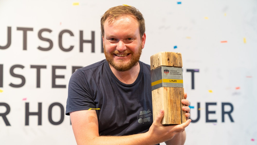 Nils Lichtenberg aus Aachen mit der Trophäe als bester deutscher Hobby-Bierbrauer