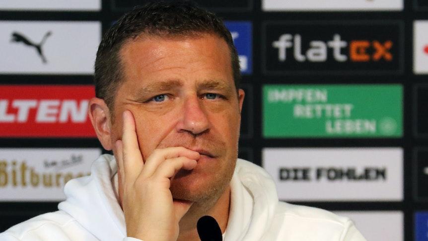 Max Eberl, Sportdirektor von Borussia Mönchengladbach, am 10. September 2021 im Borussia-Park. Der 47-Jährige blickt nachdenklich in die Runde.