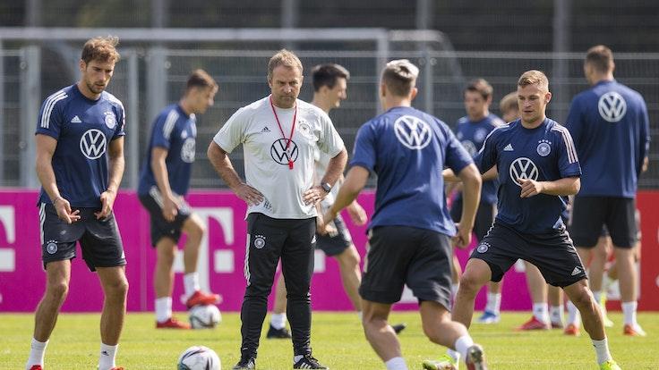 Bundestrainer Hansi Flick (2.v.l)) schaut Leon Goretzka (l), Keven Schlotterbeck (2.v.r) und Joshua Kimmich (r) während des Abschlusstrainings vor dem WM-Qualifikationsspiel gegen Island zu.