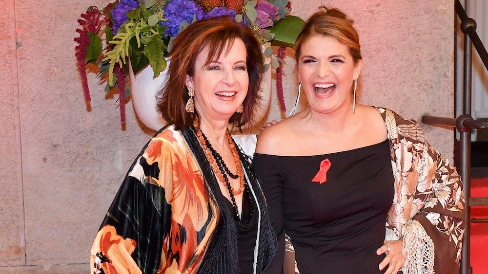 """Das Sängerinnen-Duo Baccara mit Mayte Mateos (l) und Maria Mendiola kommen am 23.10.2017 in Berlin zur Benefizgala """"Künstler gegen AIDS"""" in das Theater des Westens."""