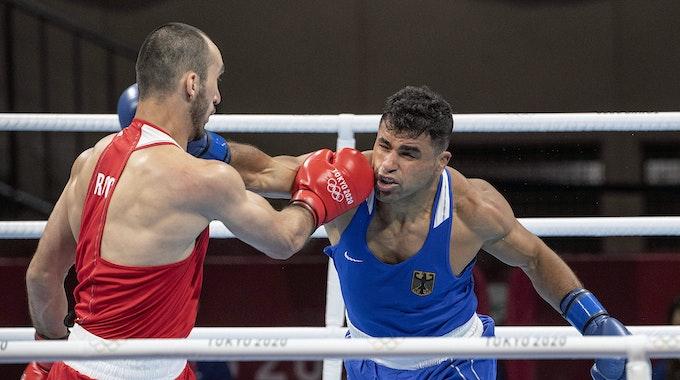 Ammar Riad Abduljabbaer (r.) boxte im olympischen Viertelfinale in Tokio am 30. Juli 2021 gegen Muslim Gadschimagomedow (Russland).