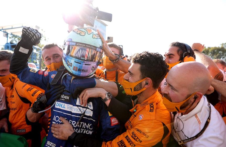 Daniel Ricciardo feiert mit seiner Boxencrew