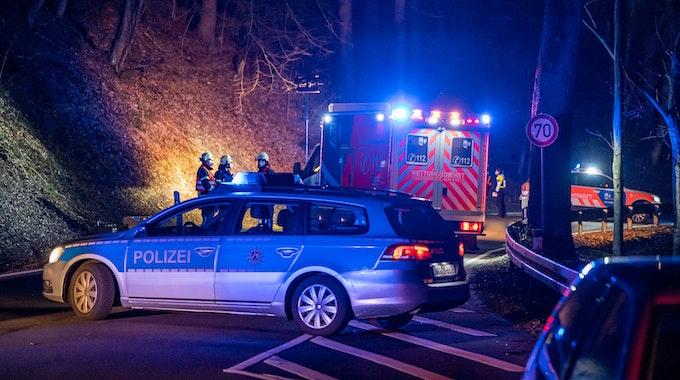 In Neuss ist ein Rentner bei einem schlimmen Unfall gestorben. Sein Fahrzeug überschlug sich. Unser Symbolbild stammt von einem Unfall-Einsatz nahe Radevormwald im März 2021.