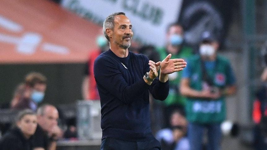 Adi Hütter, Trainer von Borussia Mönchengladbach, hier am 12. September 2021, gibt mit seine Händen Zeichen für die Gladbach-Spieler auf dem Platz.