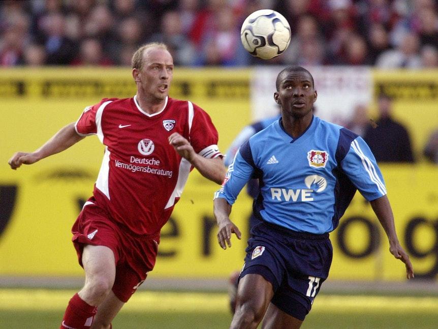 Ojigwe und Mario Basler rennen dem Ball hinterher, der durch die Luft fliegt.