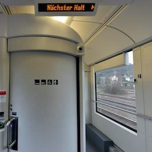 Eine geschlossene Zugtoilette in der Regionalbahn von Köln nach Trier, aufgenommen am 27. Januar 2016. Am Bahnhof Bonn-Beuel haben Bundespolizisten am 12. September 2021 einen renitenten Reisenden aus der Zugtoilette des RE5 geholt.