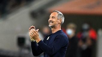 Hütter, Trainer von Borussia Mönchengladbach, klatscht lachend in die Hände im Spiel der Gladbacher gegen Arminia Bielefeld am 12. September 2021.