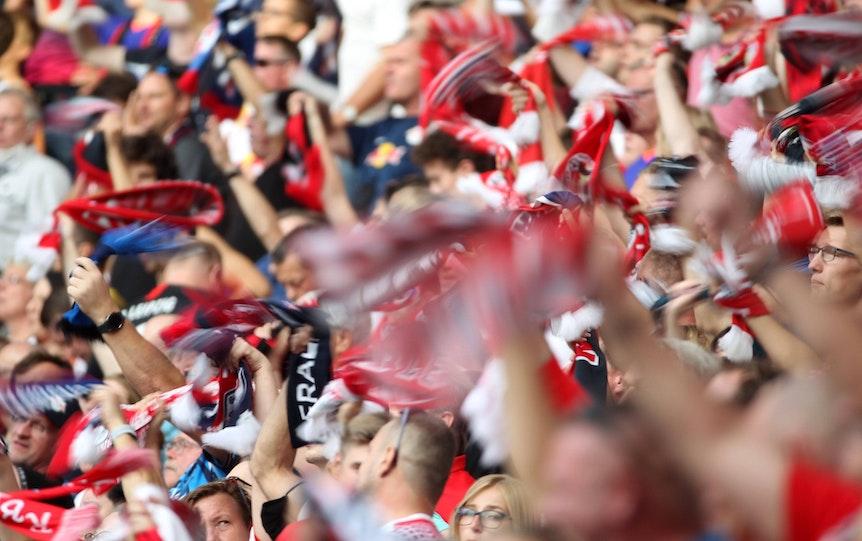 Vor dem Spiel gegen Hertha BSC zur Mitgliederversammlung: Fans von RB Leipzig.