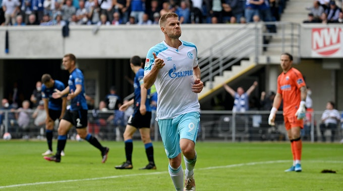 Simon Terodde jubelt nach seinem Tor zum 0:1 gegen den SC Paderborn.