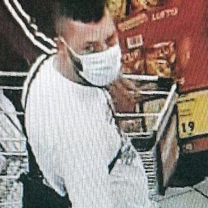 Mit diesem Bild aus einer Überwachungskamera fahndet die Polizei Dortmund öffentlich nach einem Mann, der am 24. Juni 2021 bei einem Ladendiebstahl ertappt wurde und eine Schusswaffe zog.