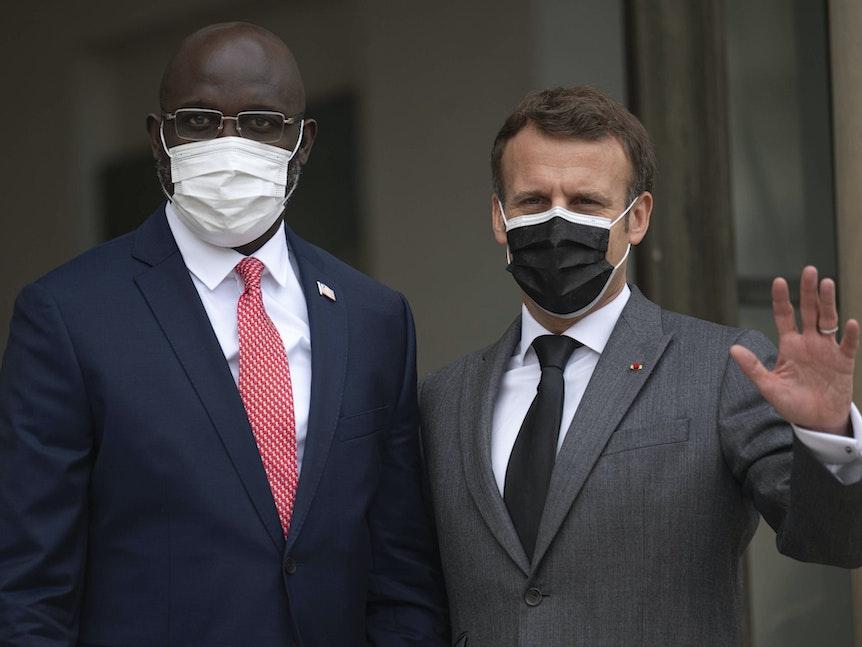 George Weah an der Seite von Emmanuel Macron. Beide mit Maske.