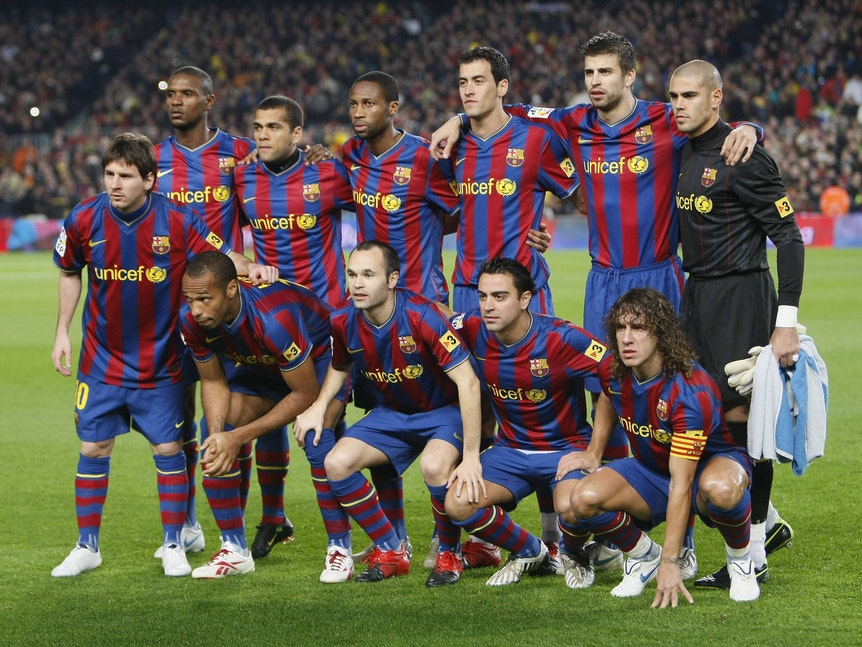 Das Team von Barca beim Mannschaftsbild vor einem Spiel. Darunter sind Henry, Messi, Puyol, Xavi, Iniesta und sechs weitere Spieler.