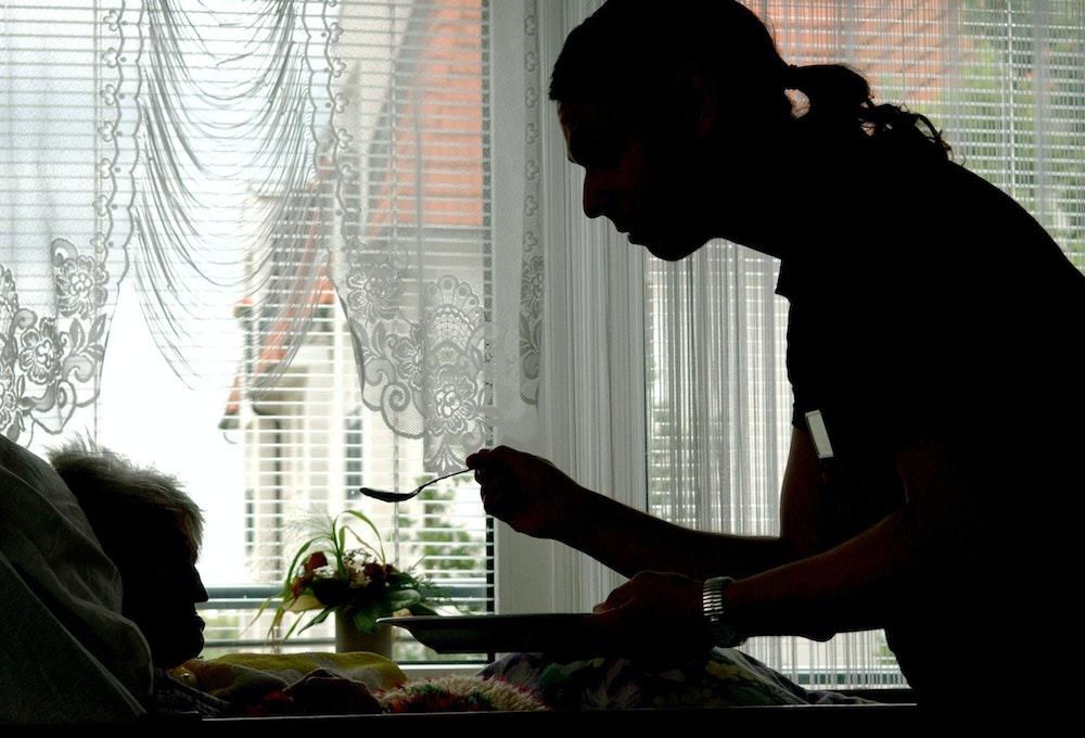 Unser Symbolfoto zeigt, wie eine Pflegerin eine Bewohnerin des Heims füttert (Aufnahme aus Juli 2004).