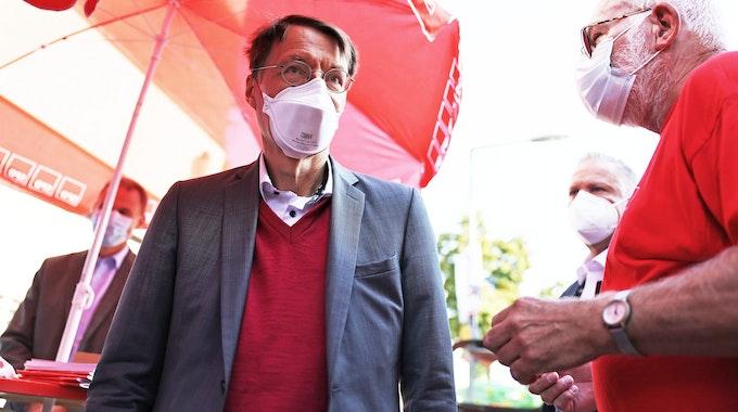SPD-Gesundheitsexperte Karl Lauterbach steht im Kölner Stadtteil Dellbrück am SPD-Stand und unterhält sich mit den Bürgern.