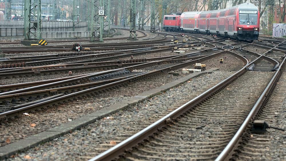 Ein Regionalexpress fährt am 27.November.2014 in Düsseldorf in den Hauptbahnhof ein. NRW soll ab dem Fahrplanwechsel 2022/23 drei neue Bahnverbindungen bekommen.