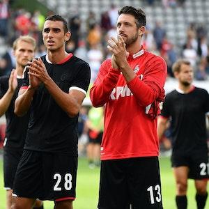 Mark Uth bedankt sich beim Bundesliga-Spiel SC Freiburg gegen 1. FC Köln bei den FC-Fans.