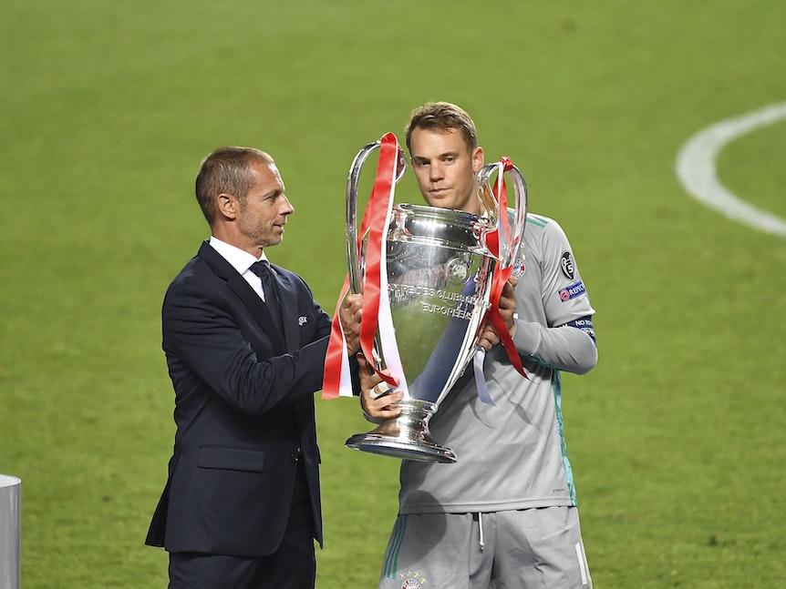 Ceferin gibt Manuel Neuer den Henkelpott.